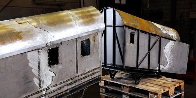 Zwei nicht maßstäblich nachempfundene Eisenbahnwaggons, auf denen mit Kreide Linien für die weitere künstlerische Bearbeitung angezeichnet sind. Kai Althoff, Werkstudie. Foto: Michael Hammers Studios