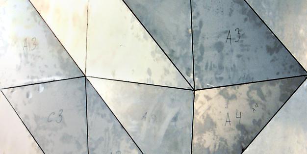 """Dreidimensional facettierte Wandoberfläche aus Stahlblech, die als Masse- und Arbeitsmodell für die spätere Ausführung in Glas hergestellt worden ist. Michael Hammers, """"Radiance""""- Crystal Geode, Rockefeller Center, New York City. Foto: Michael Hammers Studios"""