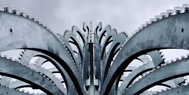Electric Fountain, geschweißte und feuerverzinkte Stahlbögen sind zu einem einzigartigen öffentlichen Kunstwerk gefügt. Foto: Michael Hammers Studios