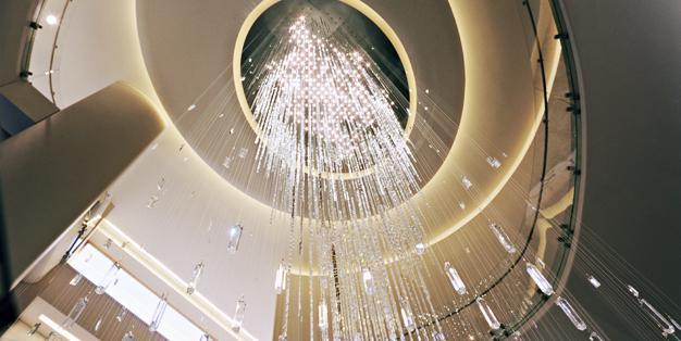 """14.000 Swarovski-Kristalle erzeugen den Eindruck eines herabfallenden Wasserfalles, Michael Hammers' """"Joie"""" – Crystal Waterfall, Rockefeller Center, NYC. Foto: Paul Warchol"""