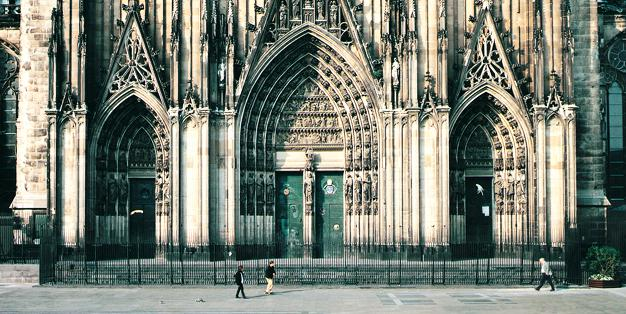 1996 erhielt das Südportal des Kölner Domes als Einfriedung ein geschmiedetes Gitterwerk. Foto: Markus Bollen
