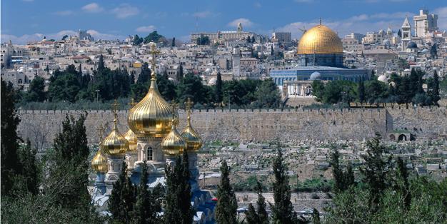 Blick vom Ölberg an den vergoldeten Zwiebeltürmen der Maria Magdalena Kirche vorbei auf die Jerusalemer Altstadt und den Felsendom. Foto: dpa picture-alliance