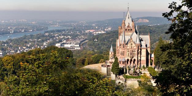 Ansicht von Schloss Drachenburg in Königswinter. In Michael Hammers' Schmiede Aachen wurden historische Fenstergitter des Schlos