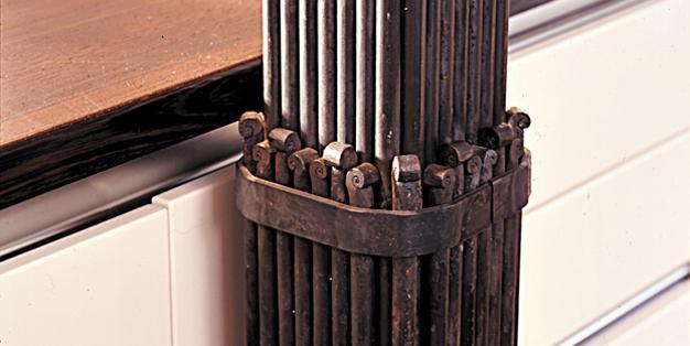 Küchensäule aus Michael Hammers' Schmiede Aachen. Hier lebt noch die große handwerkliche Tradition, in der  ausschließlich die reinen und ursprünglichen Techniken angewendet werden. Foto: Michael Hammers Studios