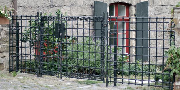 Gartentor aus Michael Hammers' Schmiede Aachen. Hier lebt noch die große handwerkliche Tradition, in der  ausschließlich die reinen und ursprünglichen Techniken angewendet werden. Foto: Michael Hammers Studios