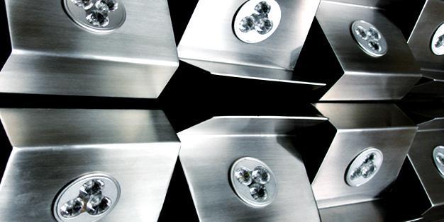 Designerlampen aus Edelstahl. Präzise Verarbeitung, perfekte Oberflächen aus Michael Hammers' Schmiede Aachen. Foto: Michael Hammers Studios