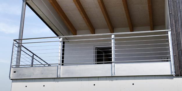 Edelstahl-Balkongeländer  aus Michael Hammers' Schmiede Aachen. Individuelles Design, klare Linienführung, präzise Verarbeitung, perfekte Oberflächen. Foto: Hartmut Schwarzbach