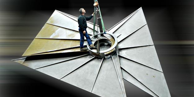 Ein Mitarbeiter von Michael Hammers' Schmiede Aachen steht in der Werkstatt auf dem verschweißten Dach von Gottfried Böhms Kerzenkapelle für seinen Nevigeser Wallfahrtsdom. Sonderkonstruktion aus CorTen-Stahl. Foto: Michael Hammers Studios