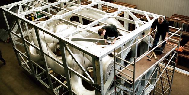 Großskulptur S7 von Anselm Reyle, Transport- und Krankäfig. Sonderkonstruktionen aus Michael Hammers' Schmiede Aachen – erstklassige Werkstattplanung, passgenaue Verarbeitung, reibungslose Montage. Foto: Knut Klaaßen