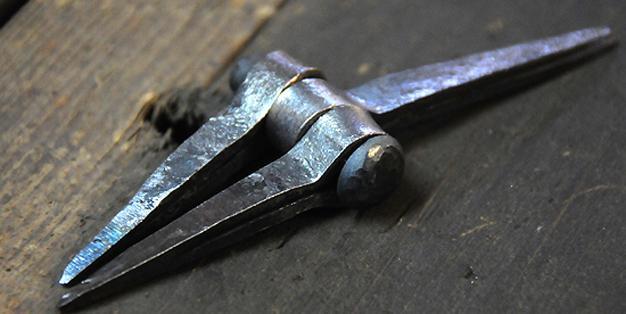 Zu sehen ist ein dreiteiliges Scharnier. Gefertigt in Aachen nach römischem Originalvorbild. © Michael Hammers