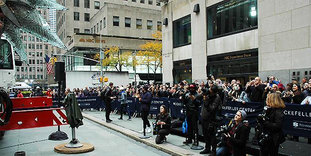 Mitarbeiter von Michael Hammers Studios' montieren den Swarovski Star auf Rockefeller Plaza, New York City, 16.11.2017 credit MHS / Florian Kick