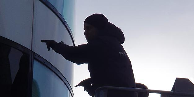 Mitarbeiter der Schmiede Aachen bei der Untersuchung von Schäden an einer Glasfassade