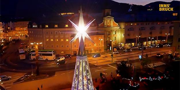 Michael Hammers' Stern der Innsbrucker Bergweihnacht erstrahl vor dem Hintergrund der Innsbrucker Altstadt