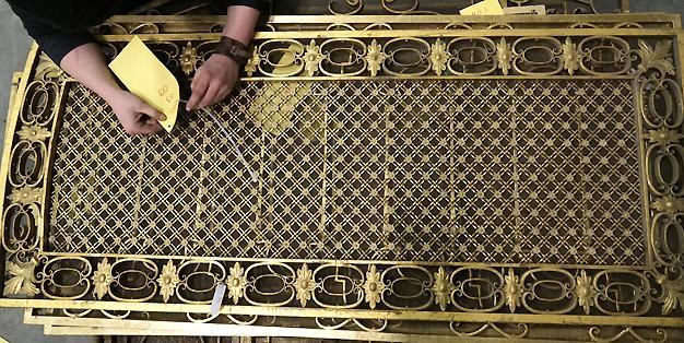 Michael Hammers - Schmiede Aachen,Staatsoper Unter den Linden,Berlin,eines der zu restaurierenden, historischen Gitter bekommt seinen Positionsanhänger, 20.01.2016. Foto: MHS/Paul Fürst