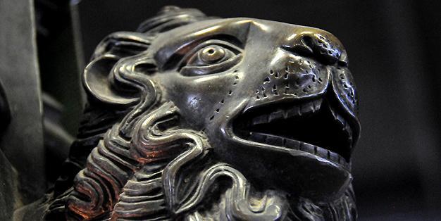In der Schmiede Aachen restauriert, Adlerpult des Aachener Domes, Detail Löwenkopf  Bild: Michael Hammers