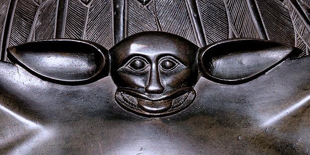 In der Schmiede Aachen restauriert, Adlerpult des Aachener Domes, Detail des Kopfes der Fledermaus Bild: Michael Hammers