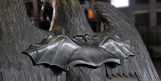 In der Schmiede Aachen restauriert, Adlerpult des Aachener Domes, Rückansicht mit Fledermaus  Bild: Michael Hammers