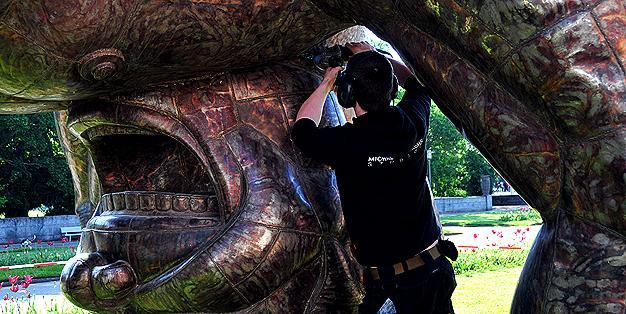 "einer der Metallkünstler der Schmiede Aachen arbeitet an Yue Minjuns Großskulptur ""Bending"", NRW-Forum Düsseldorf, Mai 2015  © Michael Hammers Studios"