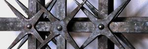 Zu sehen ist ein Detail eines römischen Fenstergitters. Geschmiedet in Aachen nach römischem Originalvorbild. © Michael Hammers