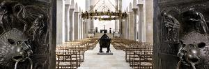 Blick durch die geöffnete Bernwardtür in den Hildesheimer Dom - Bild: Bischöfliche Pressestelle Hildesheim