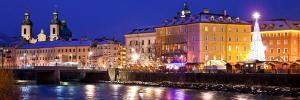Christkindlmarkt Innsbruck mit dem Swarovski Kristallbaum der 2014 das erste Mal von Michael Hammers Stern gekrönt wird