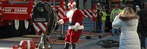 auf Rockefeller Plaza ist der Kranführer als Santa Claus verkleidet, wenn er den Rockefeller Center Christmas Tree aufrichtet  photo: Michael Hammers Studios / Florian Kick